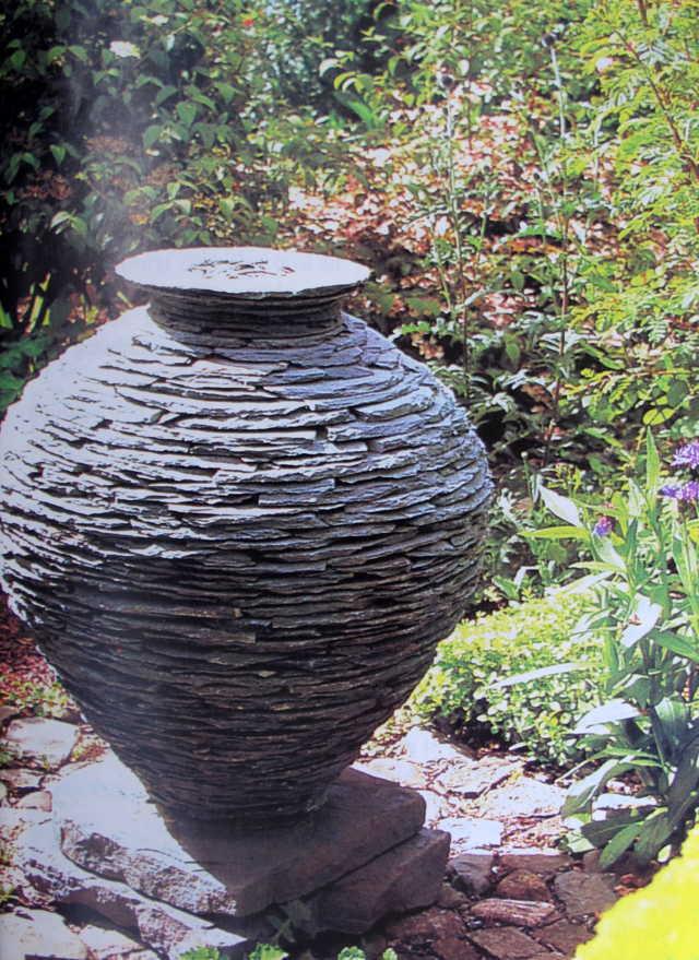 Chum đá làm vật trang trí rất tốt. Cái vạc nghộ nghĩnh này làm bằng những chất liệu địa phương và dùng những phương pháp xây tường địa phương