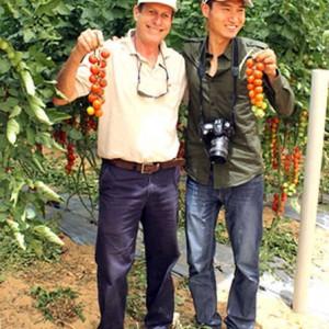 Ông Liebreich (trái) đưa ông Wang thăm vườn cây ăn trái chất lượng cao của mình. Ảnh: Just Means