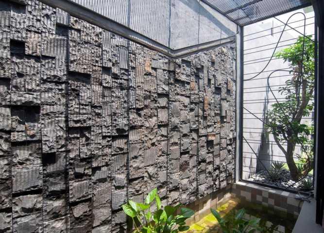 Với vật liệu quen thuộc như gạch, đá, gỗ,… khiến khách đến nhà vô cùng thoải mái.