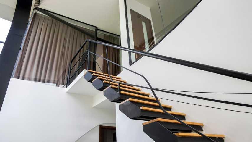 Cầu thanh dẫn lối lên tầng 2 với phòng làm việc yên tĩnh.