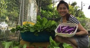 Chị Ly bên vườn rau Việt đủ loại ở Malaysia.